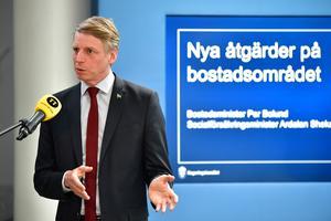 Bostadsminister Per Bolund (MP) presenterar en tillfällig höjning av bostadsbidraget.