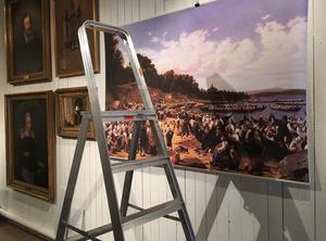 Bygget av utställningen är i sin sista fas inför invigningen på lördag. Här hängs en plansch av Wilhelm Marstrands målning av kyrkbåtarna; Söndag vid Siljan 1853. David Tägtströms kopia av Marstrands målning hänger i vapenhuset, Leksands kyrka.