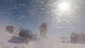 Även om solen var uppe nästan dygnet runt, blåste det  vissa dagar upp till 25 sekundmeter och var snöstorm.  Privat bild.