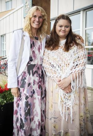 Viktoria Hedblom anlände till balen och kramades om av fröken, Eva Sundqvist.