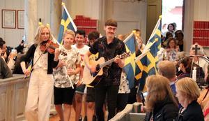 Ånge musikskolas Fredrik Gunnarsson och Victoria Nilsdotter ledde inmarschen i Haverö kyrka, tätt följd av Alby skolas elever.