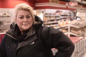 Jeanette Höglund fick tips av en kompis i Ytterhogdal, och nu skänker hennes förening matkassar till ortsbor som behöver mat i skafferiet.