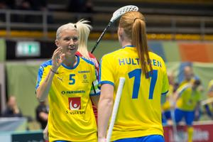 Anna Wijk och Johanna Hultgren jublar. Foto: Fabian Trees/Internationella innebandyförbundet.