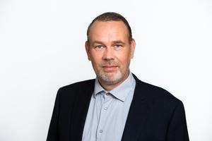 Foto: Telge bostäder/pressbild – Lars Gustafsson, fastighetschef, tycker att de varit generösa mot hyresgästen Tomas Axelsson, när de ersätter honom med mindre än hälften av  värdet av vad de tagit ur hans förråd.