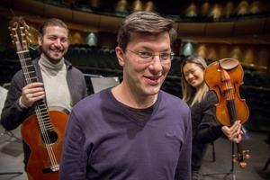 Ska inte Stradivarius vara med på bilden också? tyckte dirigent Christian Karlsen, i mitten. Att fota denna illustra trio var ett sant nöje. De var mer tramsiga och uppspelta än Gävleborgs nya ungdomssymfoniorkester GUSO förra veckan på samma scen.