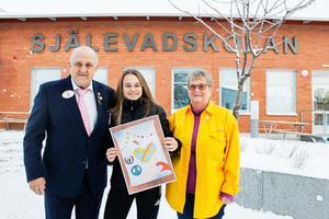 Molly Johansson blev uppvaktad av Lions distriktsguvernör Ahle Lind och Gunilla Ljungkrantz, president för Lion Höga Kusten. I handen håller Molly en kopia av teckningen.