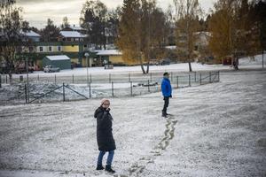 Toini och Juhani har sin egna lilla stig på väg till matbutiken i Föllinge.