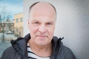 Ola Bäckström från Fagersta började med veteranidrott som 50-åring. Många som tävlar i samma tävlingar har en bakgrund som friidrottare, men Ola står sig väl ändå. Senaste vann han silver på SM-femkampen i M55-klassen. I den ingår grenarna 60 meter häck, längd, kula, höjd och 1000 meter löpning.
