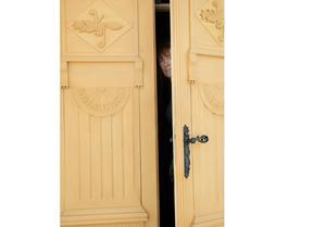 Dessa vackra dörrar i gammal stil är nyproducerade och har inspirerats av Pehr Westman, erkänd möbelsnickare från Hemsön.