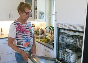 Att diskmaskinen är i arbetshöjd är bra, tycker Marianne Jonsson. Men hon hade hellre haft ugnen högre upp.