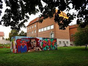 Graffitiväggen bredvid Länsmuseet är en återkommande tradition. Nu är den nedmonterad för säsongen, men lär säkert återkomma igen.