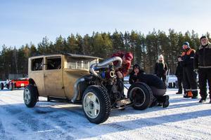Det krävdes en del mekande med bilarna innan de var startklara.