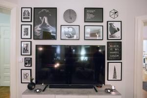 Så här placerad blir tv:n en del av tavelarrangemanget.