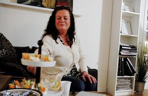 Lite smått och gott hör till på homepartyt. Carina Ringström tar en smakbit av kopparna med grönsaker och dip.
