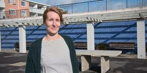Sofie Clefberg på Köpings stadsbyggnadsförvaltning är glad för alla svar och alla förslag som kommit in och hon har nu gjort en sammanställning som redovisar vad Köpingsborna tycker om sin stad. Här inspekterar hon själv en av de miljöer i Nygård som får kritik i flera enkätsvar.