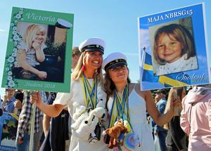 """Victoria Ryhnell och Maja Rosenbrand poserar glatt med sina studentskyltar. Victoria medverkade i tv-programmet """"Det stora hoppet"""" tillsammans med pappa Niclas när det sändes i höstas."""