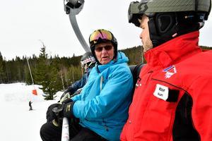 Motorcykeln har snöat inne så då får det bli skidor istället, säger Janne Sköld från Trollsjöheden till Viktor Funke.