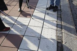 De felvända och nedslitna orienteringsplattorna vid Garvarns torg är det enda som centrala Ludvika erbjuder synskadade.