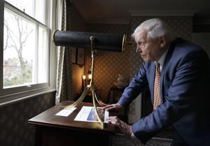 David Attenborough tittar i sitt teleskop. Foto: Kirsty Wiggleswort/AP
