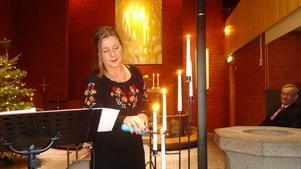 Tänd ett ljus och låt det brinna. Därefter kunde nyårskonserten börja. Foto: Kjell Larsson