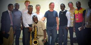 """Reines """"Tjabo"""" Zarins i blå t-shirt, musikerna Örjan Hultén, Anders Langörgen och Torbjörn Gulz med lokala musiker. Foto: Privat."""