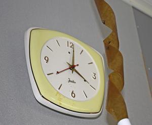Hemma hos Anna-Karin Lodebrink har flera flugor redan fastnat på flugfångaren och klockan är fläckig av flugskit.
