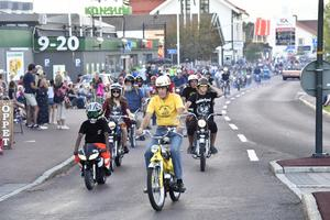 Mopedcruising, bara Älvdalen kan bjuda på en sådan uppvisning av olika mopeder.