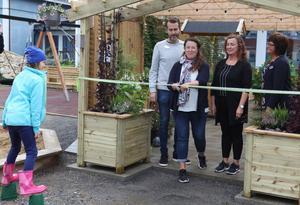 Här klipper projektgruppen för utomhusmiljön på grundsärskolan bandet till  sinnenas trädgård som är en viktig  del av den nya utemiljön.