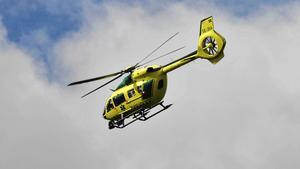 Länets ambulanshelikopter på uppdrag över norra Dalarna.