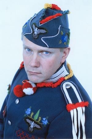 """Peter Johansson i sin broderade uniform där han blandar nazistiska symboler med traditionell dräktsömnad. Uniformen ingick i utställningen """"Guten Heute alle Leute. Es ist Unser in der Luft. Bald kommen die Löwen und die Bären"""" från 2002."""