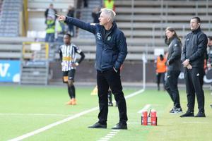 J-Södras tränare Jörgen Wålemark har en del att fundera på efter den jobbiga säsongsstarten.