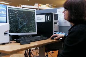 Barbro Ager visar hur hennes En drake flyger i motvind även finns i bibliotekets dator. Här kan man verkligen se alla platser hon har varit till för att få fram strecken med hjälp av trackstick och satelliter.
