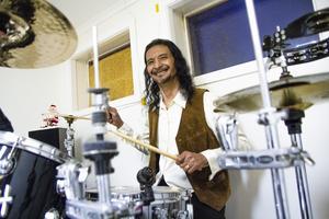 Ging kommer från en musikfamilj med en sjungande mamma och en trummande pappa, varför han introducerades för instrumentet redan som barn.