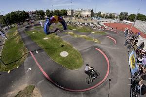 I stället för att trampa på pedalerna pumpar cyklisten cykeln framåt, genom banan. Foto: Pressbild