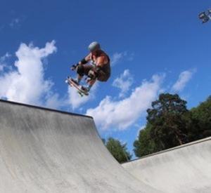 Jouni L utför tricket Fakie Ollie i High Valley Skatepark, Stockholm. Foto: Robert Sjöberg