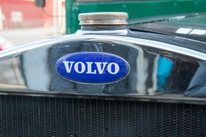 Volvoemblemet pryder kylarmaskeringen.