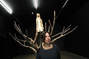 Bronsskulpturen Blackbird ingår i Klara Kristalovas utställning som öppnar i dag på Bonniers konsthall i Stockholm.