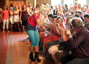 UNDERHÖLL. Pia Möller Andersen bjöd publiken på tuggat tuggummi med tillhörande skämtlek.