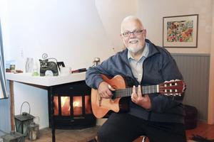 Göran Lindblå är engagerad i flera olika körer och är också ute tillsammans med hustrun Maud och sjunger och spelar.