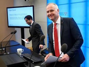 Civilminister Ardalan Shekarabi (S) och V-ledaren Jonas Sjöstedt presenterade på fredagen S-MP-regeringens och Vänsterpartiets förslag att begränsa vinsterna i välfärdsföretag. Därmed startar en ny akt i denna tragedi. Foto: Anders Wiklund, TT.