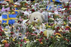Värdighet och en stilla beslutsamhet präglade reaktionerna på dådet i centrala Stockholm.