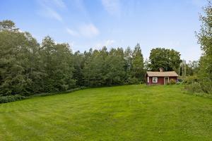 Den totala tomtarean ligger på drygt 4 000 kvadratmeter. Bild: Carlsson Ring Fastighetsmäklare.