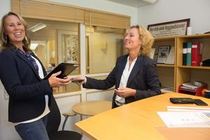 Sara Helmersson lämnar över ansvaret för bygg- och miljökontoret till Anna Keskitalo.