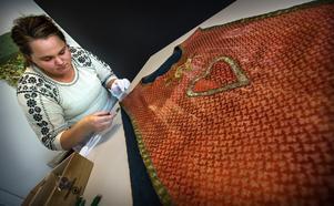 Sandra Gybo jobbar med en mässhake hemmahörande i Linsells kyrka, Härjedalen.