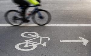 Det behöver bli betydligt bättre förutsättningar för gående och cyklister, skriver debattörerna. Foto: TT