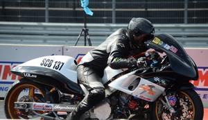 Emil Östlund från Valbo har fått fart på sin motorcykel och är kvaletta i Super compbike.
