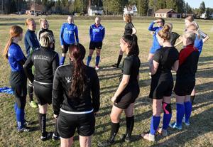 Uppsnack inför dagens träningspass. Efter att ha brottats med låg träningsnärvaro under försäsongen börjar nu spelarna droppa in i det nya samarbetslaget.
