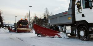 Om Gatukontoret plogade vägarna ordentligt i samband med snöfall, så skulle de inte bli spåriga och som tvättbrädor, skriver