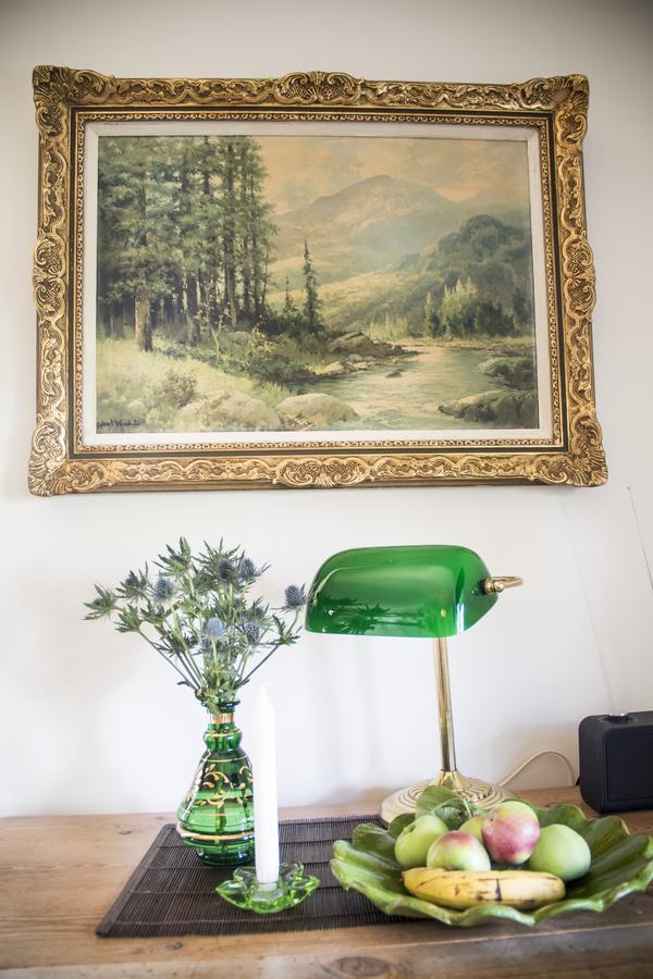 På det ärvda lilla bordet har Anna gjort ett fint stilleben som går i grönt.