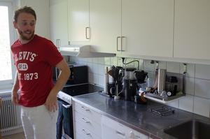Johan Samuelsson visar köket i lägenheten i centrala Falun.
